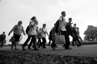 上海两千人公益暴走50公里 为贫困儿童劝募百万